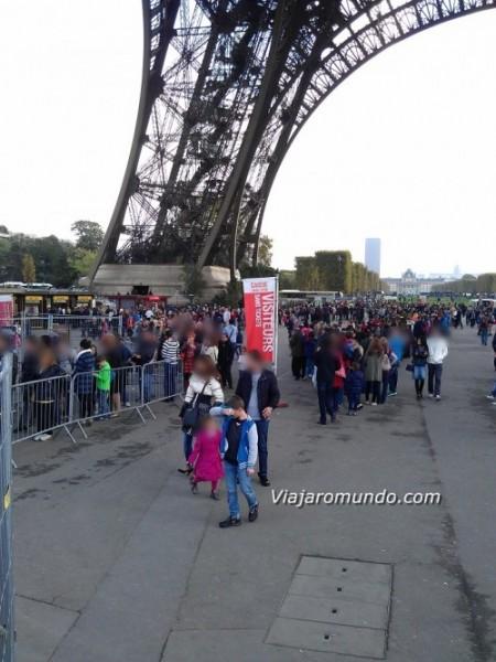 Fila para compra de ingressos para a Torre Eiffel