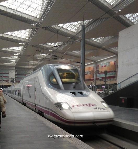 """AVE na estação """"Zaragoza-Delicias"""" - Trem de alta velocidade na Espanha"""