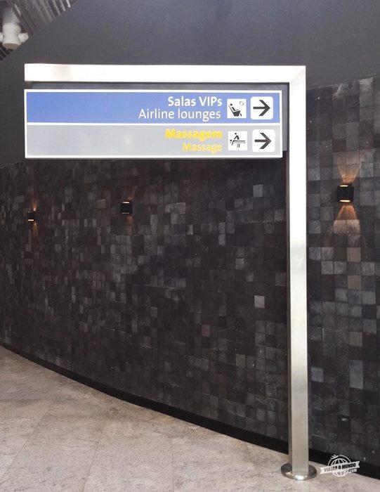 Placa indicando direção da Sala Vip