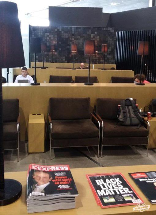 Assentos próximos à entrada do lounge