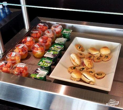 Sanduíches, iogurtes e saladas de frutas