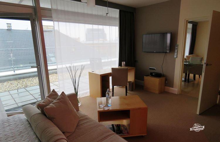 Cama de casal - Le Sofá, mesa e TV - Executive Terrace Suite!