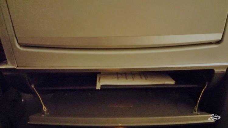 Pequeno compartimento abaixo da mesinha