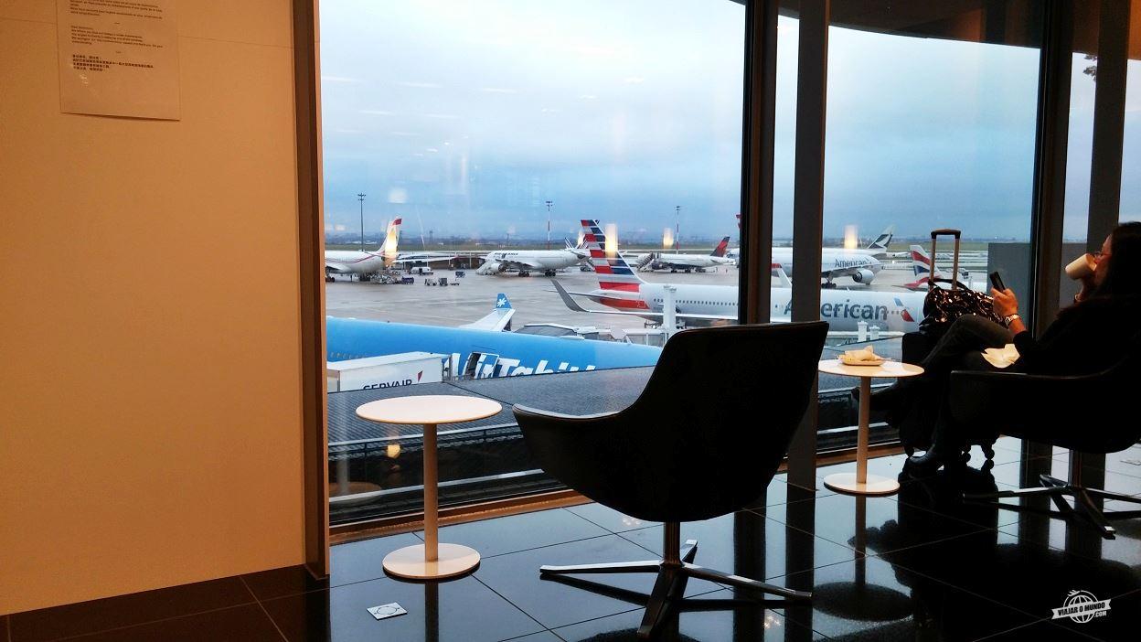 Poltronas com vista para o pátio de aeronaves
