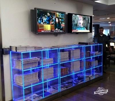 TV e móvel com jornais e revistas