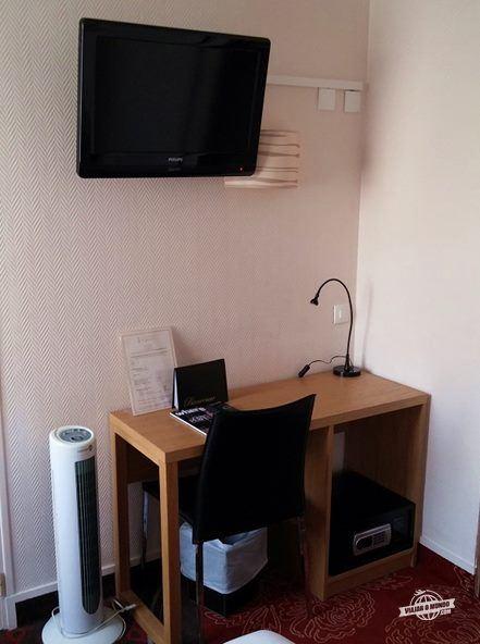 Mesa com TV e cofre