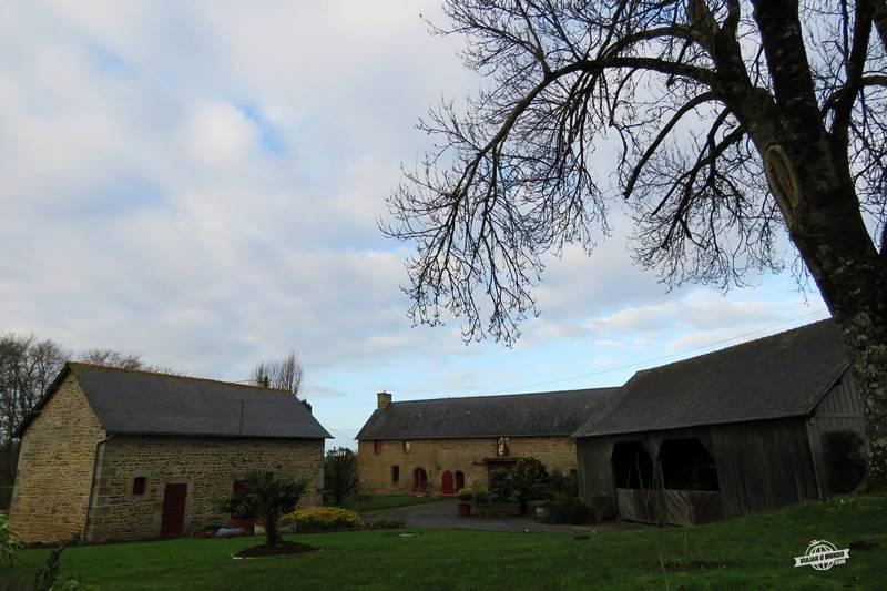 Casa do proprietário ao fundo e à direita