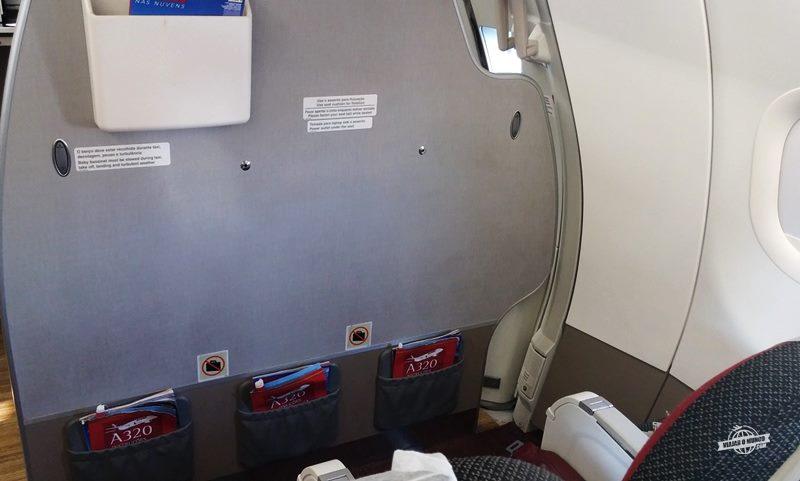 Assentos 1D, 1E e 1F.
