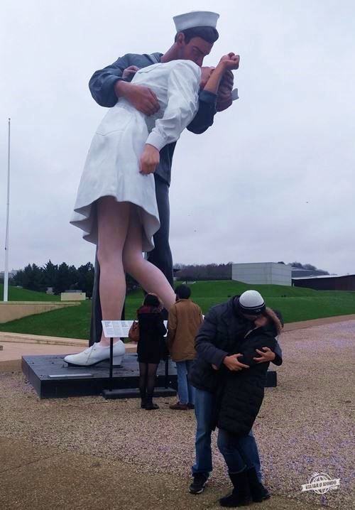 Estátua de um marinheiro beijando uma enfermeira