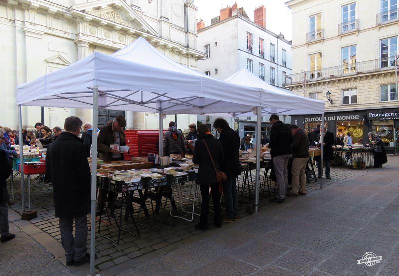 Feira de livros usados na Praça Sainte Croix - Nantes