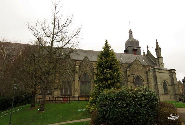 Église Saint-Léonard vista do Jardim Público de Fougères