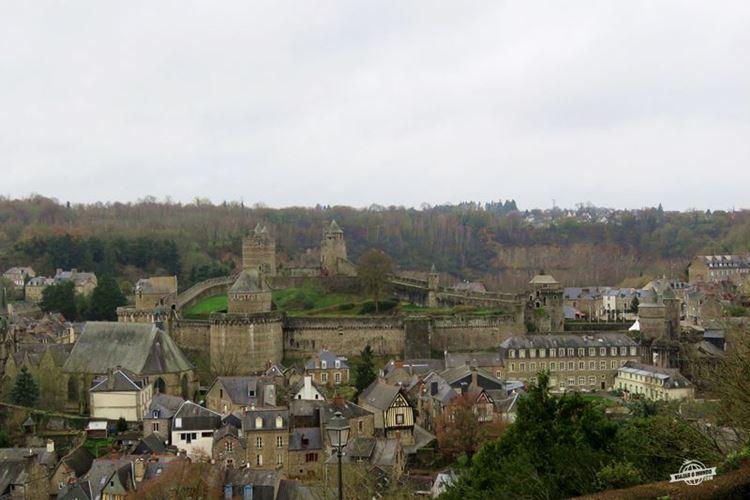 Place aux Arbres: Castelo e bairro medieval vistos do mirante do Jardim Público de Fougères