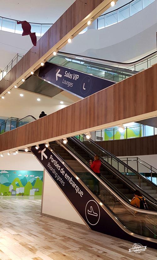 Escadas rolantes para as Salas VIP do Terminal 2 do aeroporto do Galeão