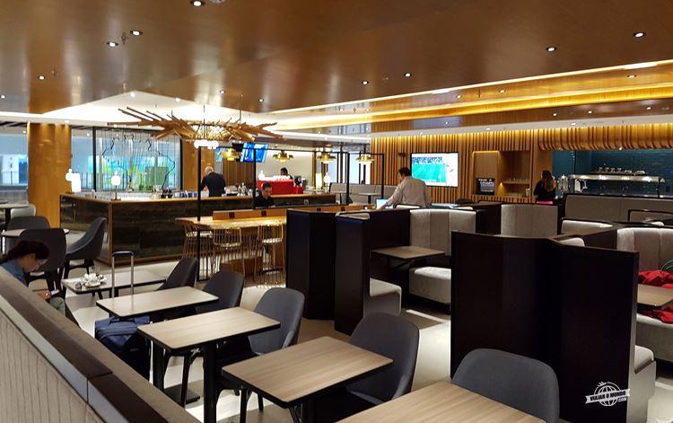 Área central do Plaza Premium Lounge Internacional no Galeão