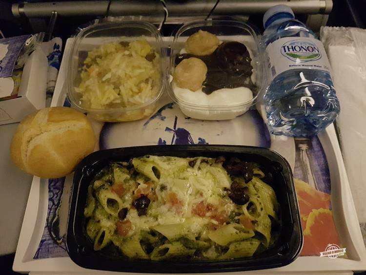 Penne com espinafre - Classe Econômica do Boeing 777 da KLM