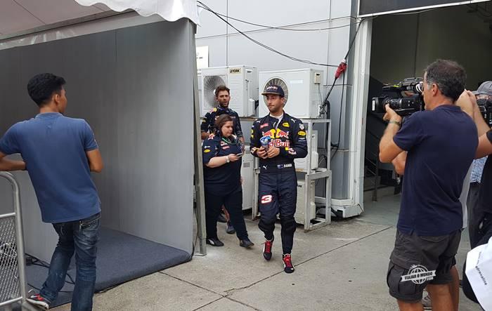 Daniel Ricciardo a caminho das entrevistas