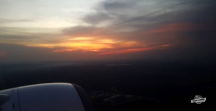Decolando do aeroporto de Kuala Lumpur - Classe Econômica do 737 Garuda Indonesia