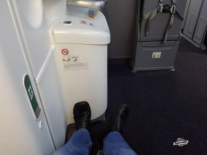 Espaço para as pernas: assento 19A - saída de emergência
