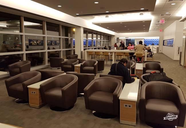 Ambiente repleto de assentos marrons