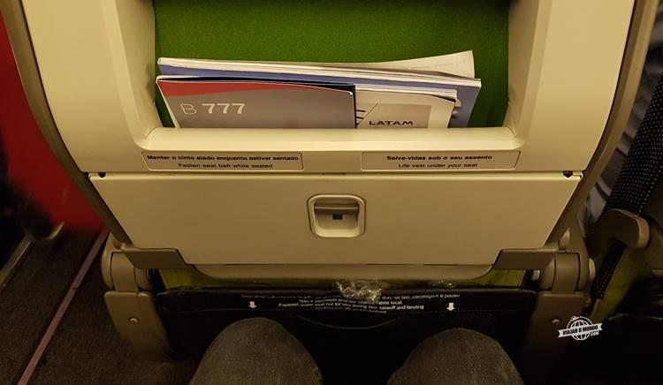 Espaço para as pernas na classe econômica do Boeing 777 da LATAM