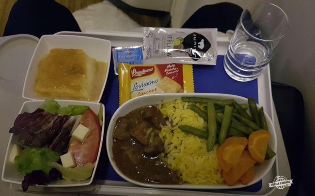 Jantar: carne com arroz e legumes e acompanhamentos.