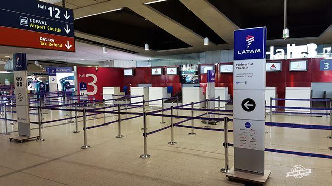 Balcões de chekc-in da Latam no aeroporto Charles de Gaulle