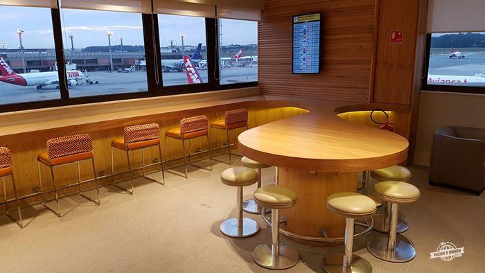 Bancada com vista para a pista - Gol Premium Lounge Doméstico do Aeroporto de Guarulhos