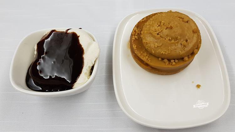 Sundae de baunilha com cobertura de chocolate e a delícia de caramelo