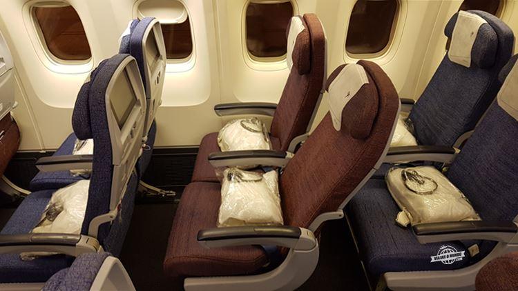 Assento da classe econômica totalmente reclinado - Boeing 767 da Latam