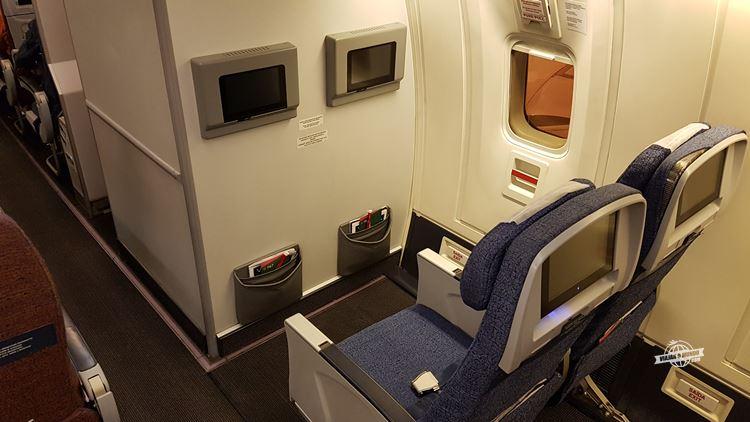 Saída de emergência - classe econômica do Boeing 767 da LATAM