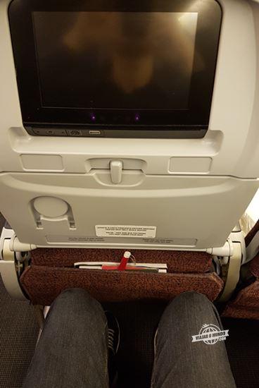 Espaço para as pernas na classe econômica do Boeing 767 da LATAM (passageiro com 1,87m de altura)