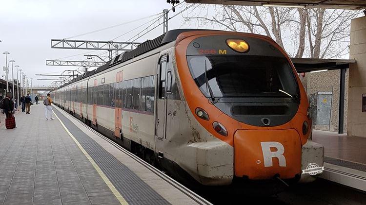 Trem se aproximando da estação do aeroporto