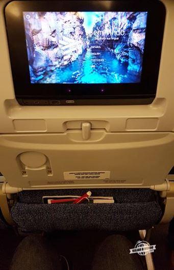 Espaço para as pernas na classe econômica do Boeing 767 da LATAM (Barcelona - São Paulo) (passageiro com 1,87m de altura)