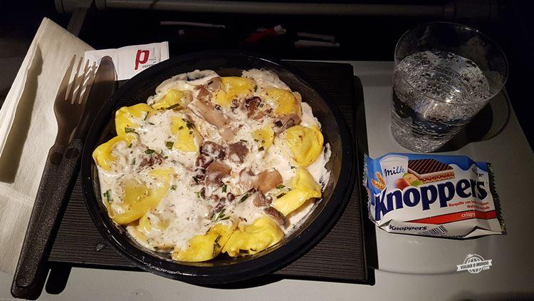 Tortelloni de queijo com molho cremoso de cogumelos à trufa e cogumelos salteados - Classe Econômica do Boeing 767 da Latam (Barcelona - São Paulo)