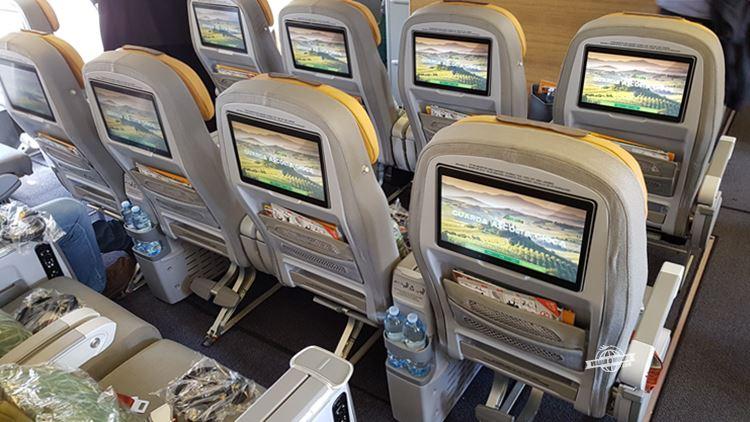 Assentos centrais da Premium Economy do Boeing 777 da Alitalia