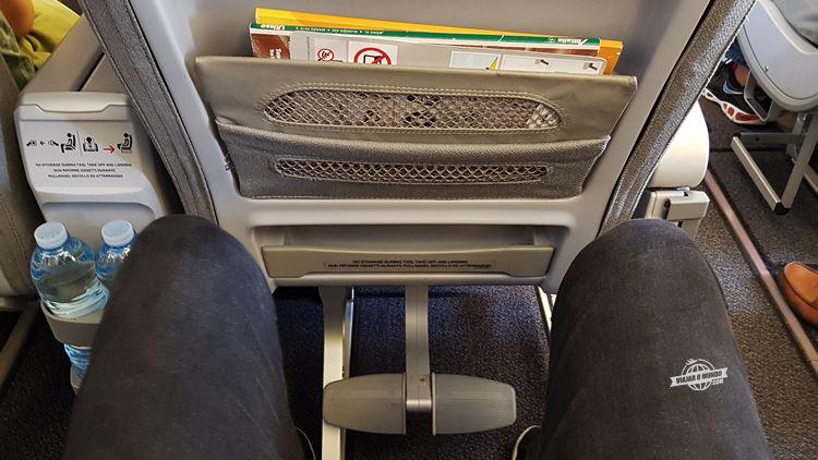 Apoio para os pés na Premium Economy do Boeing 777 da Alitalia