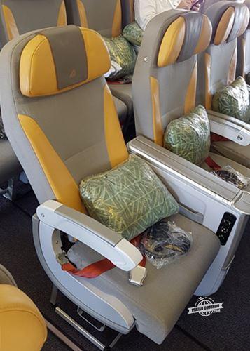 Assento da Premium Economy do Boeing 777 da Alitalia todo reclinado
