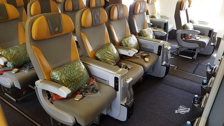 Assentos centrais da primeira fileira da Premium Economy do Boeing 777 da Alitalia