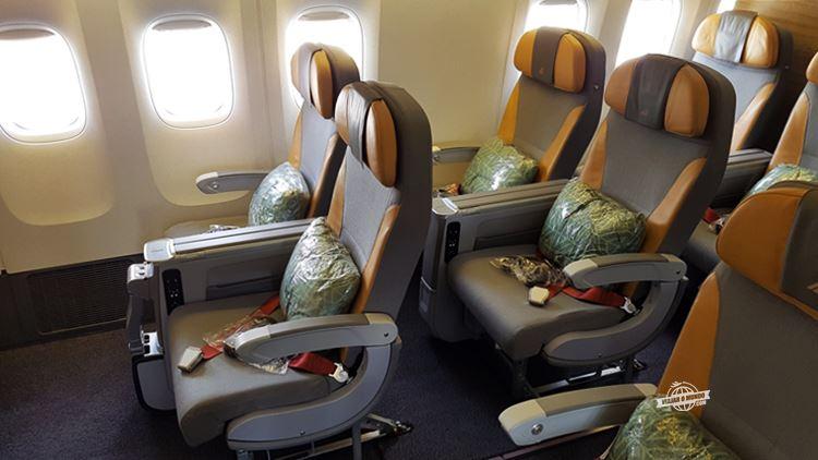 Assentos laterais da Premium Economy do Boeing 777 da Alitalia