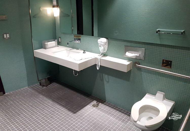 Banheiro com ducha - Maple Leaf Lounge Transborder