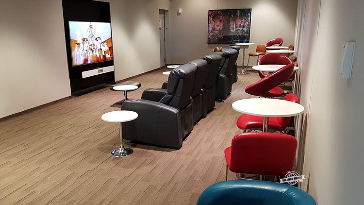 Sala de TV - Maple Leaf Lounge. Blog Viajar o Mundo