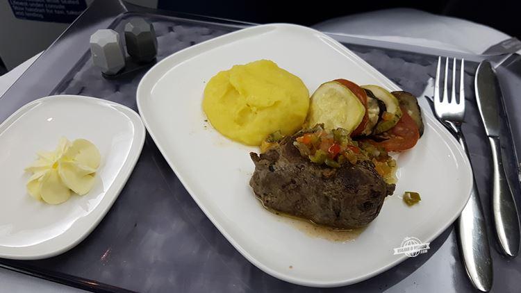 Prato principal (voo Rio - Atlanta) - Classe Executiva Delta One no Boeing 767. Blog Viajar o Mundo.