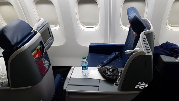 Assento lateral/janela Delta One: voo Atlanta - Rio. Blog Viajar o Mundo