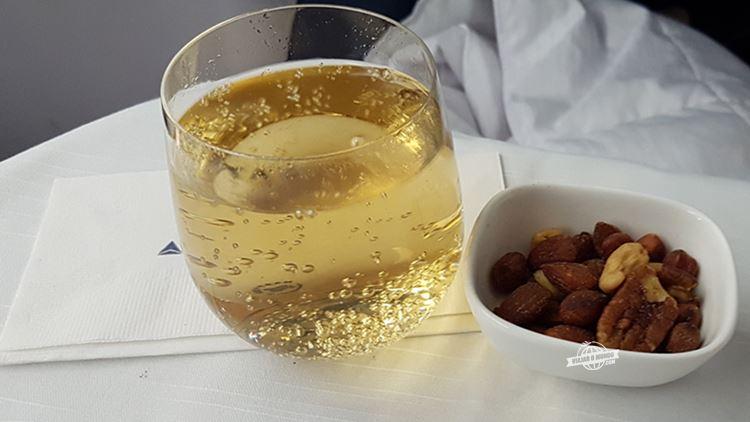 Bebida com variedade de nozes aquecidas - Delta One (voo Atlanta - Rio). Blog Viajar o Mundo.