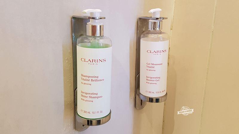 Shampoo e sabonete líquido Clarins - Sala VIP Air France Terminal 2E Hall L. Blog Viajar o Mundo.