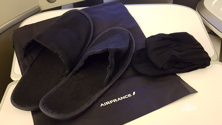 Pantufas e meias - Classe Executiva da Air France. Blog Viajar o Mundo.