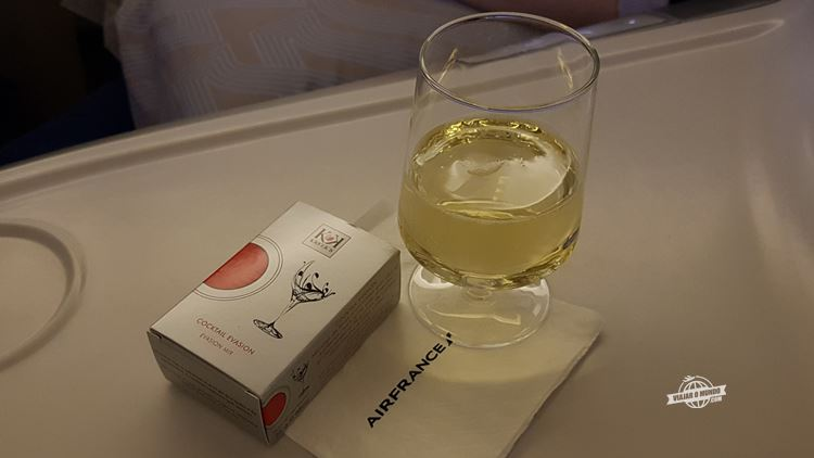 Bebida e castanhas - Classe Executiva da Air France. Blog Viajar o Mundo.