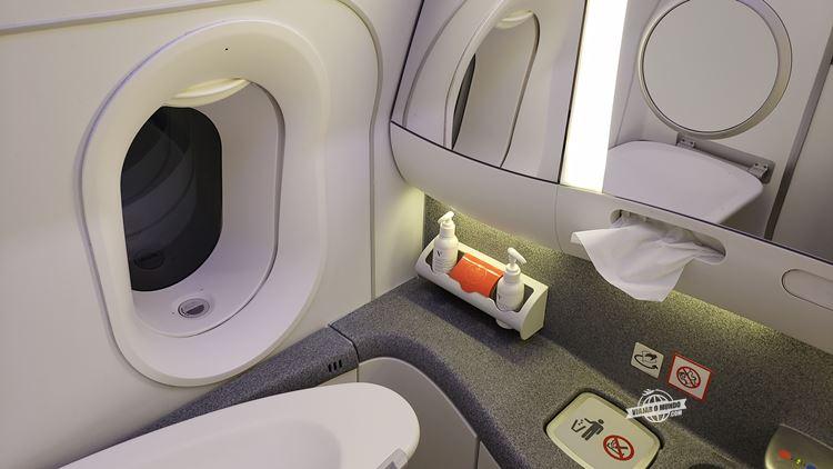 Banheiro atrás do assento 8K - Classe Executiva da Air Canada. Blog Viajar o Mundo.