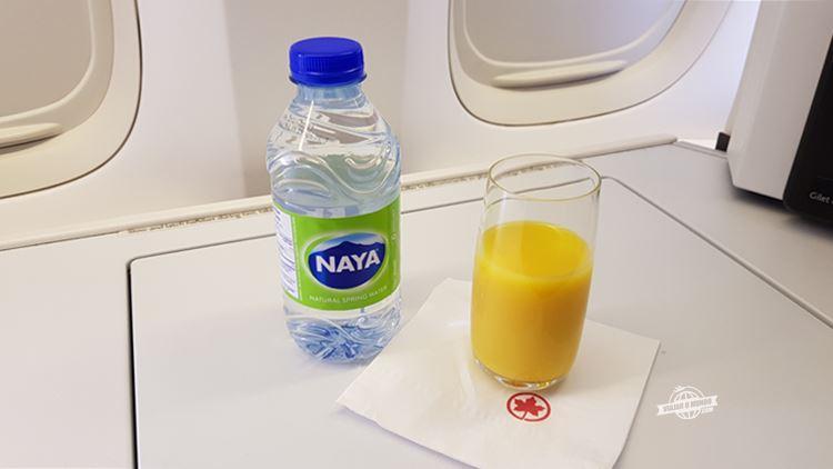 Água e bebida de boas vindas - Classe Executiva do Boeing 77W da Air Canada. Blog Viajar o Mundo.
