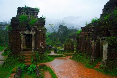 Vista de varios templos de My Son
